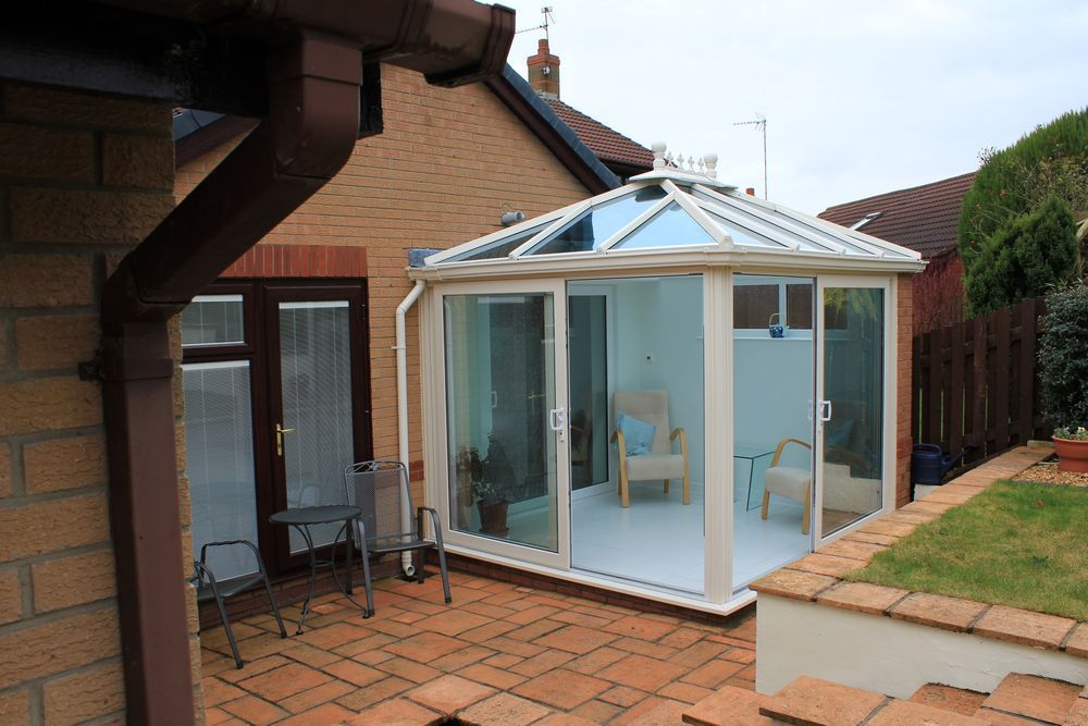 Light filled conservatory / garden room with sliding doors.